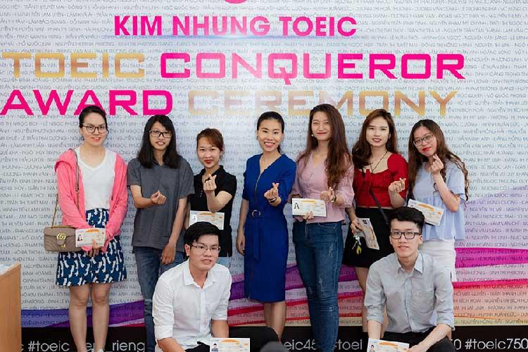 Học viên tại Kim Nhung TOEIC nhận thưởng sau khi đạt mục tiêu TOEIC