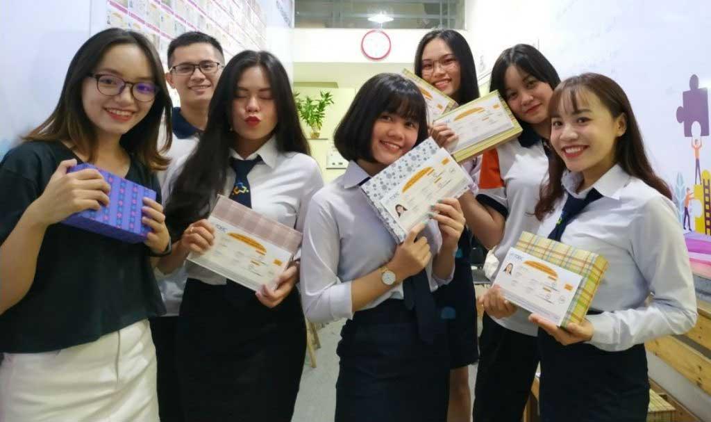 Nhóm học viên Cao Đẳng Nghề Du Lịch Sài Gòn vui mừng nhận thưởng vì thi TOEIC đạt mục tiêu
